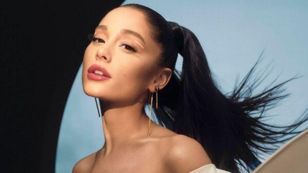 """Ariana Grande lança nova marca de cosméticos chamada """"r.e.m. beauty"""""""