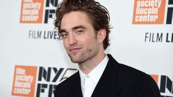 "Robert Pattinson fala sobre traje de ""O Batman"" e supresa que preparou ao lado de Zoë Kravitz"