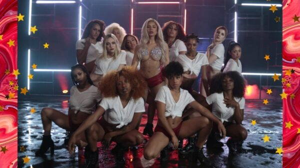 De peruca loira, Lexa surge poderosa em gravação de seu novo vídeo