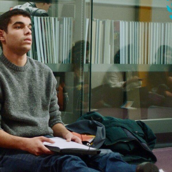 """Sami Outalbali, ator de """"Sex Education"""", vem ao Brasil para festival de cinema"""