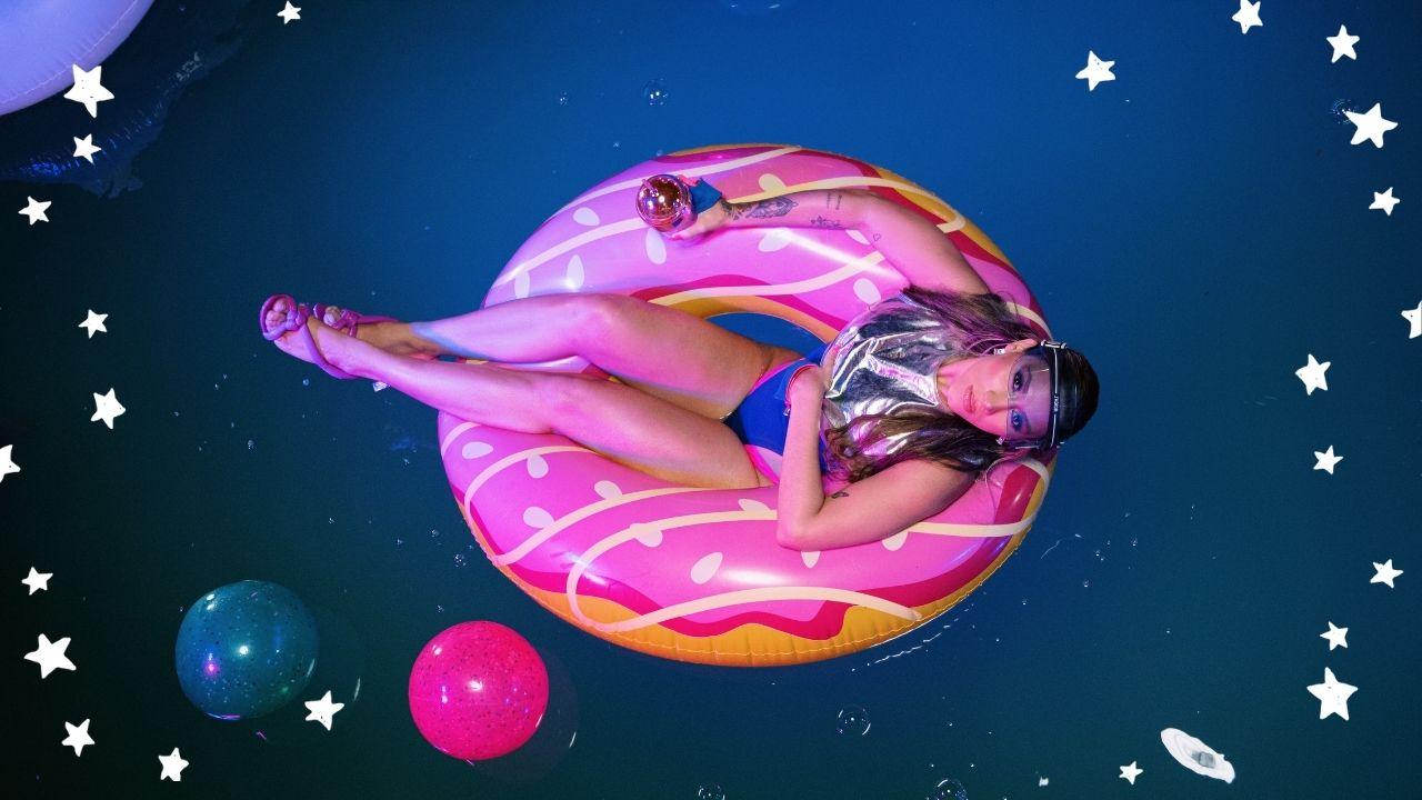"""Em uma batida pop funk, MABBI divulga o hit """"Querendo Mais"""""""