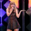 """Taylor Swift e Joe Alwyn ganham mais um prêmio por conta de """"Folklore"""""""