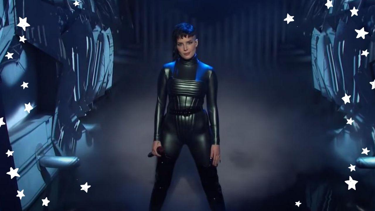 """Halsey realiza performance de faixas do novo álbum no """"Saturday Night Live"""""""