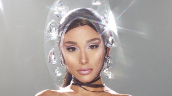 """Ariana Grande revela lançamento de """"r.e.m. beauty"""" para novembro"""